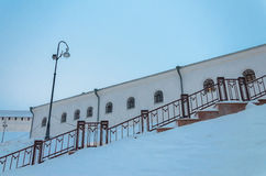 Vieux mur blanc d'un bâtiment historique pendant l'hiver russe dans l'escalier de premier plan avec une lanterne Photographie stock libre de droits