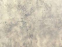 Vieux mur brun clair couvert de plâtre inégal minable Texture de la surface en pierre beige de vintage, plan rapproché Image libre de droits