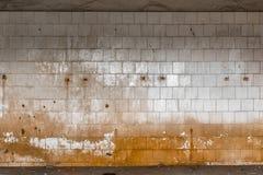Vieux mur carrelé d'un bâtiment industriel photos stock