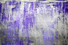 Vieux mur criqué endommagé de peinture, fond grunge, couleur pourpre Image libre de droits