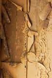 Vieux mur délabré criqué et câble électrique Photographie stock libre de droits