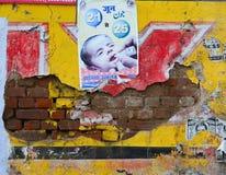 Vieux mur d'affiche à Âgrâ, Inde Photos libres de droits