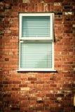 Vieux mur de briques avec des abat-jour de fenêtre Image libre de droits