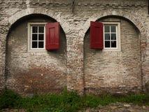 Vieux mur de briques avec des voûtes Photographie stock