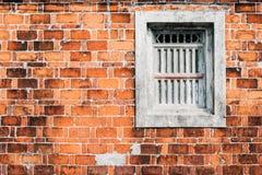 Vieux mur de briques avec Grey Window Photographie stock libre de droits
