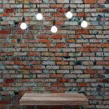 Vieux mur de briques avec l'étagère en bois et les ampoules rougeoyantes Photographie stock libre de droits