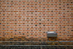 Vieux mur de briques avec la fontaine d'eau Photographie stock
