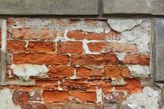 Vieux mur de briques avec le plâtre écossé Image stock