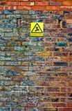 Vieux mur de briques avec le signal d'avertissement Image libre de droits