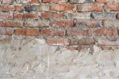 Vieux mur de briques avec le stuc blanc minable, texture détaillée Photographie stock libre de droits