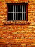 Vieux mur de briques avec Windows barré Photographie stock