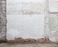 Vieux mur de briques blanc cassé de plâtre Images libres de droits