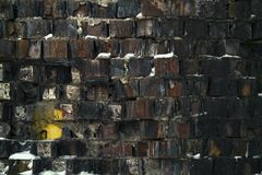 Vieux mur de briques cassé partiellement couvert de neige photos libres de droits