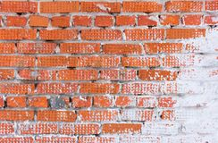 Vieux mur de briques couvert de plâtre, plâtre criqué photos stock