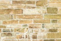 Vieux mur de briques d'un fond jaune de brique Photographie stock libre de droits