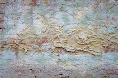Vieux mur de briques de fond avec des restes de plâtre photos libres de droits