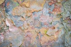 Vieux mur de briques de fond avec des restes de plâtre photos stock