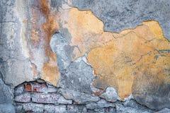 Vieux mur de briques de fond avec des restes de plâtre image stock