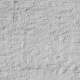 Vieux mur de briques inégal avec le fond de plâtre peint par blanc photographie stock libre de droits