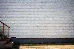Vieux mur de briques peint blanc Image stock