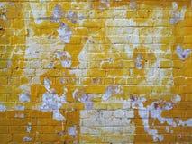 Vieux mur de briques peint par jaune grunge images libres de droits