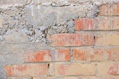 Vieux mur de briques superficiel par les agents Image libre de droits