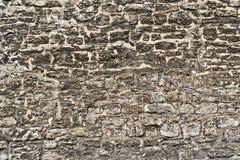 Vieux mur de briques superficiel par les agents Images stock