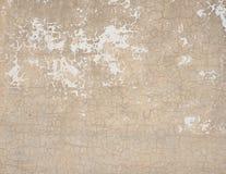 Vieux mur de briques superficiel par les agents de peinture rose criquée Photographie stock libre de droits