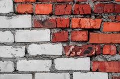 Vieux mur de briques usé rouge et blanc avec le fond concret de texture image stock