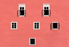 Vieux mur de château avec des fenêtres Photo stock