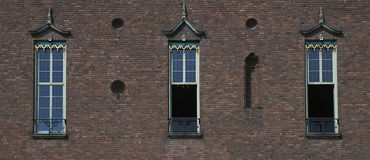 Vieux mur de construction de ville avec l'hublot trois Images stock
