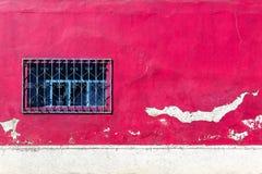 Vieux mur de couleur de rose et blanche avec une fenêtre Fond architectural de vintage photographie stock