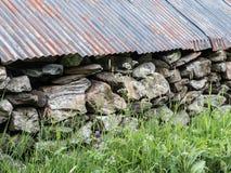 Vieux mur de hangar à bateaux fait de pierres Photo stock
