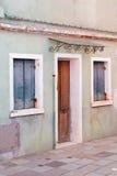 Vieux mur de maison, abat-jour de fenêtre bleus, porte Image stock