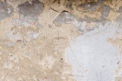 Vieux mur de maison avec le plâtre criqué images libres de droits