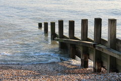 Vieux mur de mer de briseur de l'eau d'aine Photographie stock