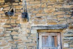 Vieux mur de mission et bec de porte et d'eau images stock