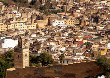 Vieux mur de ruine de ville antique et centre ville de Fes, Maroc Photos libres de droits