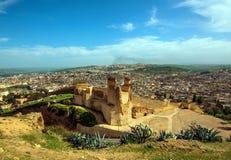 Vieux mur de ruine de ville antique et route de Fes, Maroc Image stock