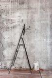 Vieux mur en béton en réparant la chambre avec le plancher, les outils et le s sales Image libre de droits