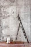 Vieux mur en béton en réparant la chambre avec le plancher sale, escabeau Photographie stock libre de droits