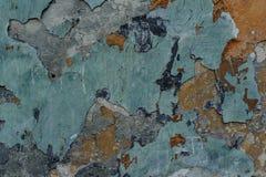 Vieux mur en béton extérieur délabré avec épluchée la peinture multicolore images stock
