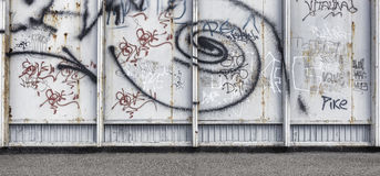 Vieux mur en béton urbain de graffiti avec la peinture épluchée Image stock