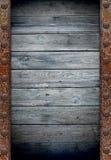 Vieux mur en bois dans la trame rouillée en métal Photos libres de droits