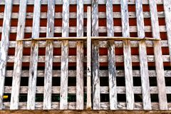 Vieux mur en bois dans le modèle de trellis avec la texture approximative de gare image stock
