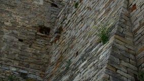 Vieux mur en pierre dans un château antique banque de vidéos