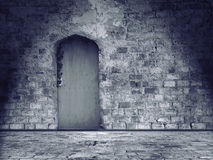Vieux mur en pierre et plancher endommagés avec la porte fermée Images libres de droits