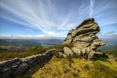 Vieux mur en pierre et roches granitiques Photos libres de droits