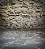 Vieux mur en pierre et trottoir Photo libre de droits