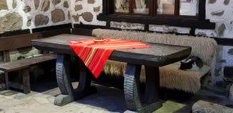 Vieux mur et table en bois images libres de droits